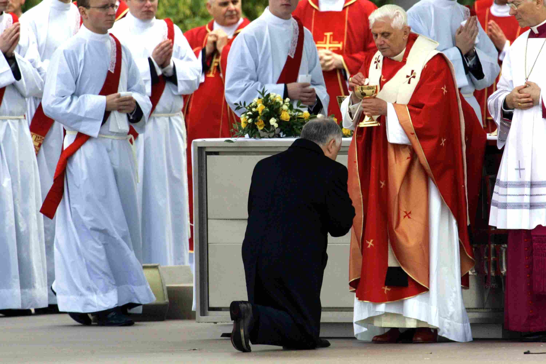 Pope Benedict XVI gives Polish President Holy Communion