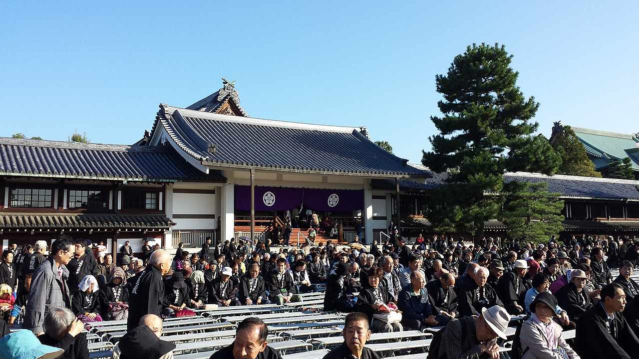 People gathered in front of the temple of Tenrikyo.