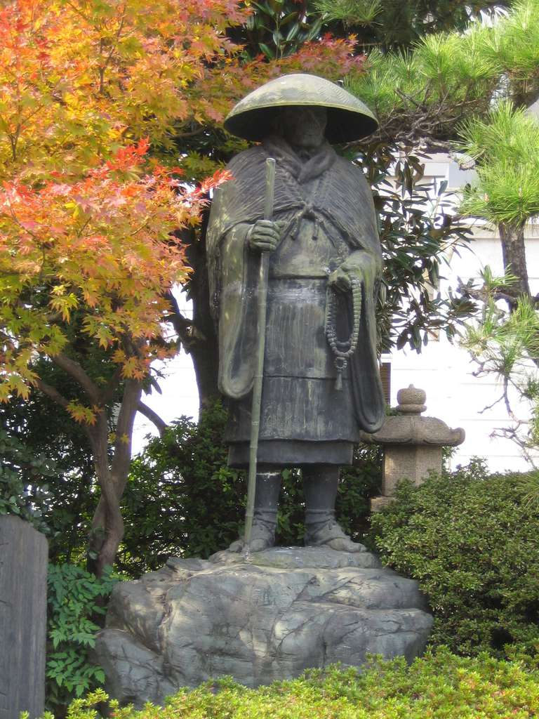 Statue_of_Shinran-_at_Honganji_Nagoya_Betsuin_2.jpg