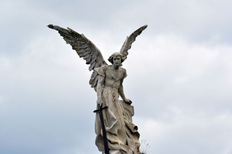 Estatua del arcángel San Miguel de frente