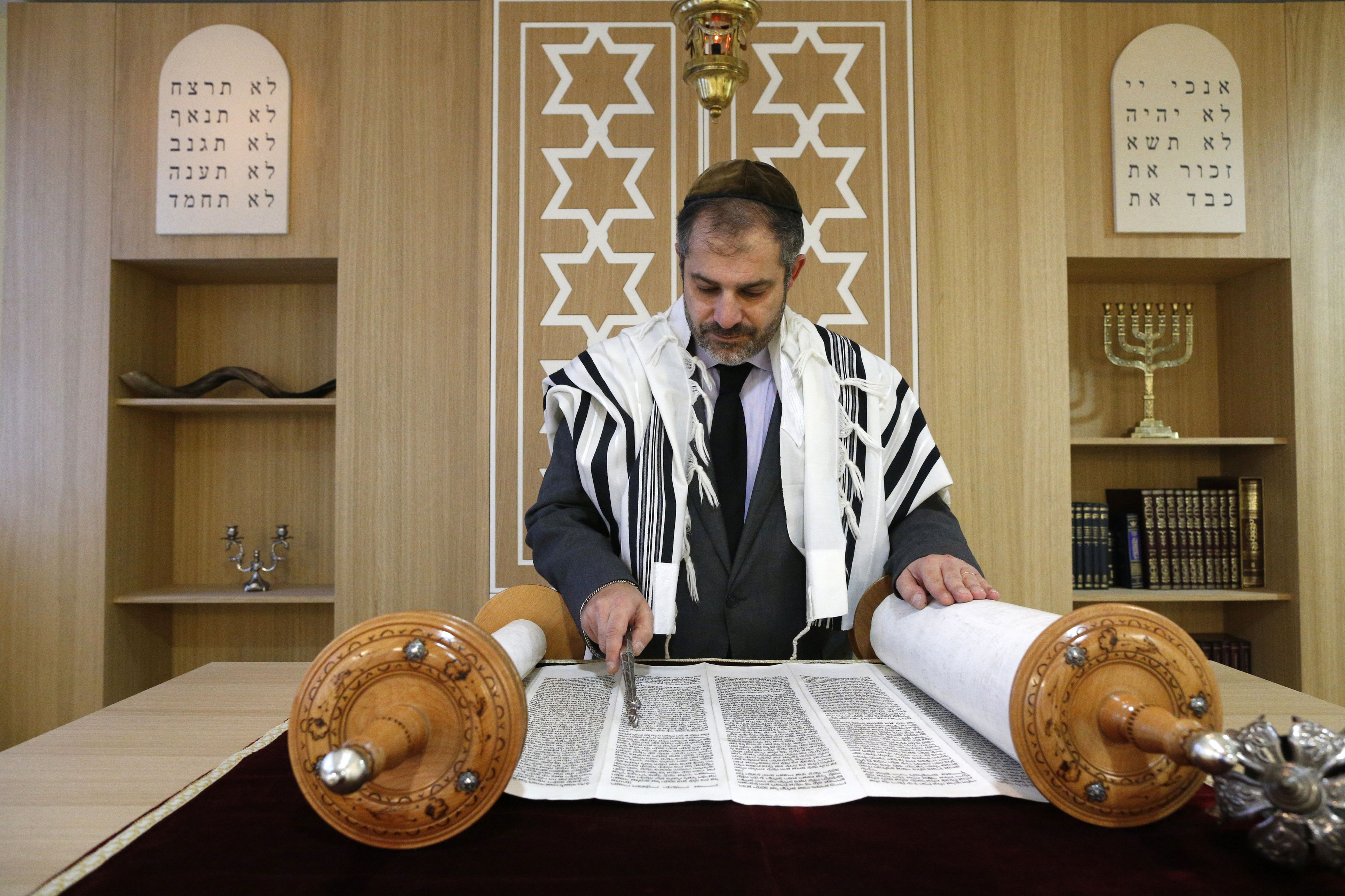 Rabbi reading of the Torah.