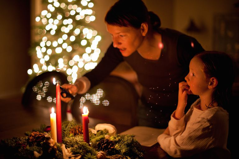 https://www.learnreligions.com/thmb/uuy5qCbVGc15l-SS8kNiGpaY9sE=/768x0/filters:no_upscale():max_bytes(150000):strip_icc()/Mother-and-Daughter-and-Advent-Wreath-1500-56a108f43df78cafdaa8449f.jpg