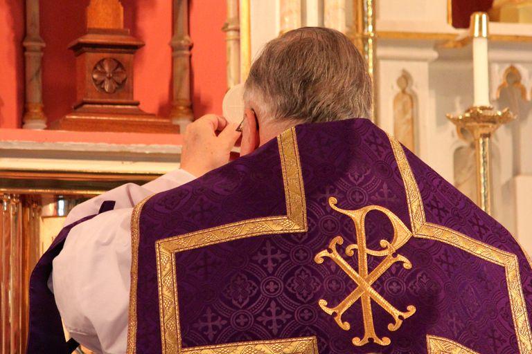 Bishop Thomas Doran elevates the Host, St. Mary's Oratory, Rockford, IL. (Photo © Scott P. Richert)